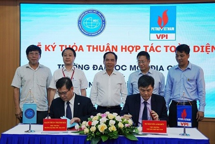 Viện Dầu khí Việt Nam (VPI) và Đại học Mỏ - Địa chất (HUMG) đã ký Thỏa thuận hợp tác toàn diện trong nghiên cứu khoa học và hợp tác phát triển khoa học công nghệ, đào tạo và phát triển nguồn lực. Ảnh: Linh Chi