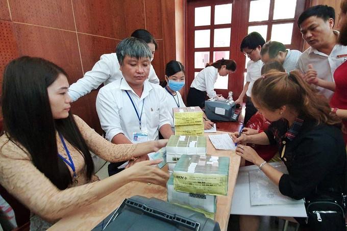 Các hộ dân nhận tiền bồi thường mặt bằng tại UBND huyện Long Thành, sáng 18/5.
