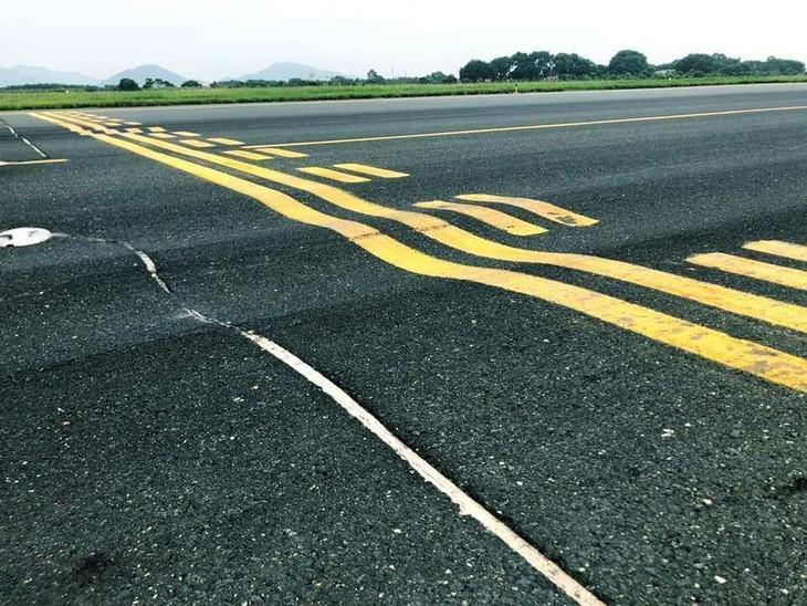 Đường cất/hạ cánh 1A và các đường lăn nối bằng bê tông nhựa tại CHK quốc tế Nội Bài đang bị hằn lún