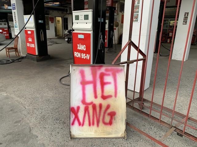 Cửa hàng xăng dầu ở khu vực Hà Đông, Hà Nội treo biển thông báo hết xăng