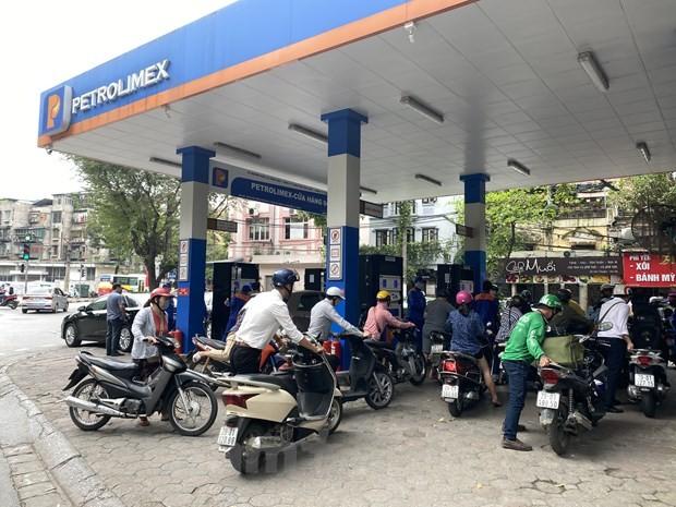 Người dân đổ xăng tại cửa hàng trực thuộc Petrolimex.