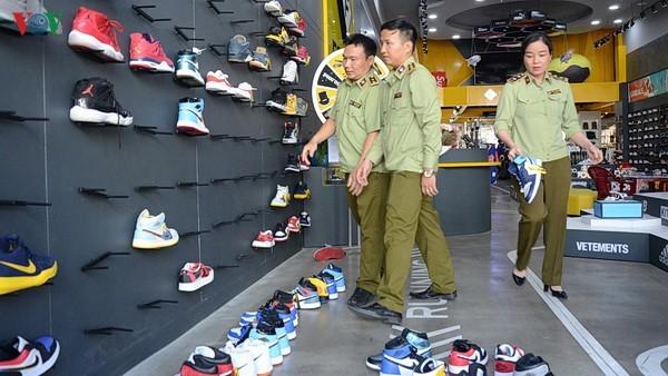 Hàng ngàn sản phẩm giầy dép giả nhãn mác thương hiệu nổi tiếng.