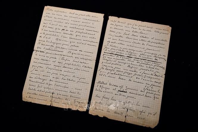 Bức thư viết tay của danh họa Vincent Van Gogh và Paul Gauguin được trưng bày tại nhà đấu giá Drouot ở Paris, Pháp, ngày 15/6/2020. Ảnh: AFP/TTXVN