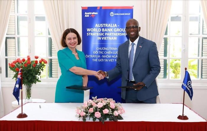 Lễ ký kết giữa đại diện Chính phủ Australia và Nhóm Ngân hàng Thế giới