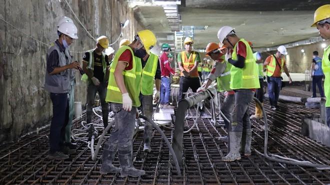 Công nhân đổ bê tông hợp long bản trung chuyển ga ngầm S9