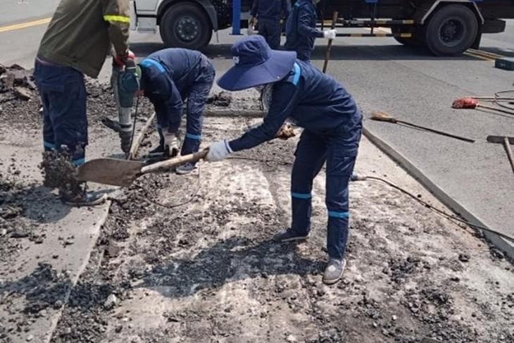 Công nhân Cảng Hàng không Quốc tế Nội Bài vá những vết lún, nứt tại đường cất hạ cánh 11L/29R. Ảnh: NIA