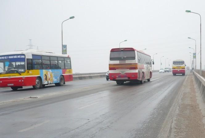 Điều chỉnh lộ trình hàng loạt tuyến buýt để sửa chữa mặt cầu Thăng Long