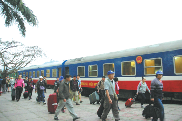 Du khách đi tàu du lịch Hà Nội - Lào Cai
