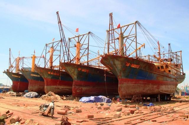 Hàng loạt tàu vỏ thép của ngư dân tỉnh Bình Định bị hư hỏng phải đưa lên bờ sửa chữa gần cả năm trời.