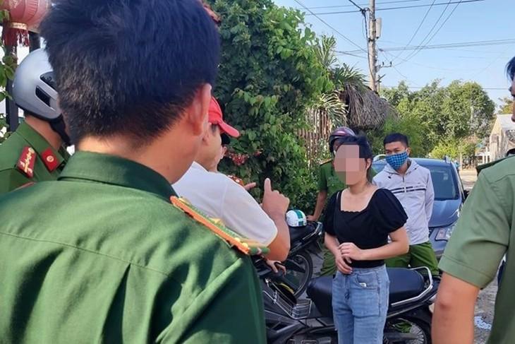 Lực lượng chức năng làm việc với những người Trung Quốc bỏ chạy khi bị kiểm tra.