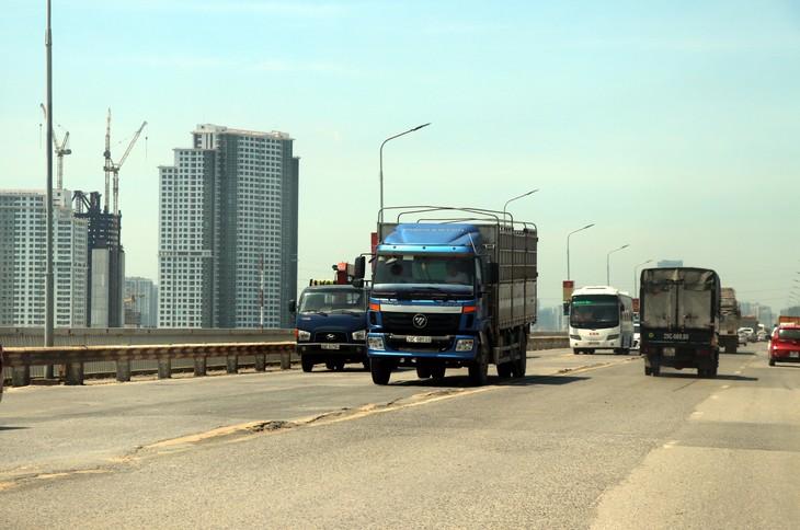 Cầu Thăng Long bắc qua sông Hồng, nằm trên đường vành đai III của thành phố Hà Nội, là một trong những tuyến đường giao thông huyết mạch nối Thủ đô Hà Nội với sân bay quốc tế Nội Bài và các tỉnh phía Bắc với lưu lượng giao thông lớn