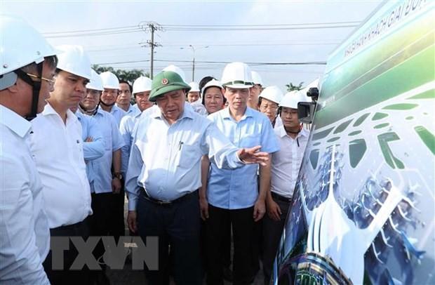 Thủ tướng Nguyễn Xuân Phúc xem bản đồ quy hoạch sử dụng đất khu dân cư tái định cư xã Lộc An-Bình Sơn, huyện Long Thành. Ảnh: TTXVN