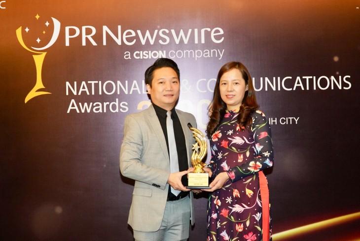 Phó tổng giám đốc Vietjet Nguyễn Thị Thuý Bình đại diện hãng nhận giải thưởng
