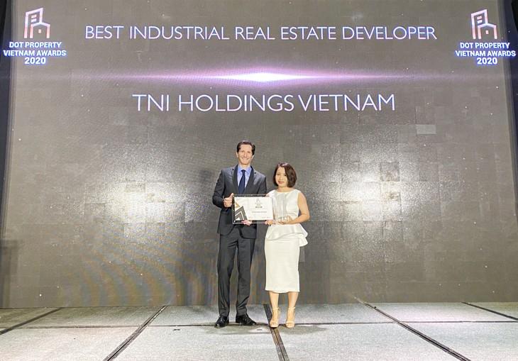 """Bà Vũ Thu Hằng - Giám đốc Kinh doanh nhận giải thưởng """"nhà phát triển bất động sản công nghiệp tốt nhất Việt Nam năm 2020"""" đã được trao cho Công ty cổ phần Đầu tư phát triển TNI Holdings Việt Nam"""