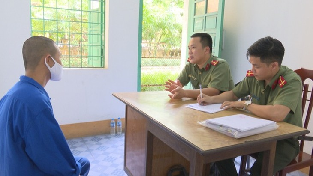 Công an lấy lời khai đối tượng đưa người Trung Quốc nhập cảnh trái phép (Ảnh: Công an Quảng Ninh)