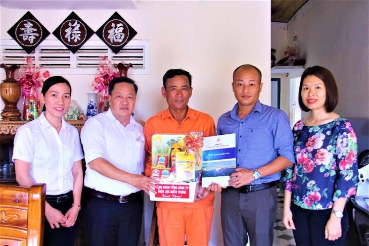Công đoàn PC Khánh Hòa phối hợp với Công đoàn EVNCPC thăm, tặng quà gia đình anh Phạm Huy Hoàng (có con gái bị bệnh hiểm nghèo) tại Vạn Ninh