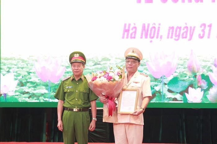 Thượng tướng Lê Quý Vương, Ủy viên Trung ương Đảng, Thứ trưởng Bộ Công an trao quyết định bổ nhiệm chức vụ Giám đốc Công an thành phố Hà Nội đối với Thiếu tướng Nguyễn Hải Trung.