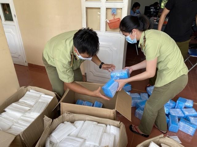 Lực lượng QLTT liên tục phát hiện hàng ngàn khẩu trang không rõ nguồn gốc hay gắn mác kháng khuẩn