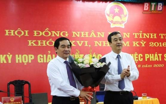 Đồng chí Ngô Đông Hải, Ủy viên dự khuyết Trung ương Đảng, Bí thư Tỉnh ủy Thái Bìnhchúc mừng đồng chí Nguyễn Tiến Thành được bầu giữ chức Chủ tịch HĐND tỉnh Thái Bình.