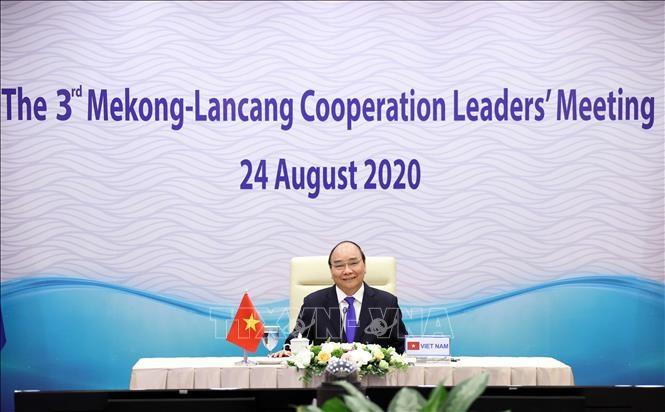 Thủ tướng Nguyễn Xuân Phúc, Chủ tịch ASEAN 2020 dự trực tuyến tại điểm cầu Hà Nội.