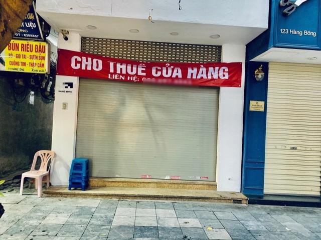 Một cửa hàng treo biển cho thuê khu vực phố cổ.