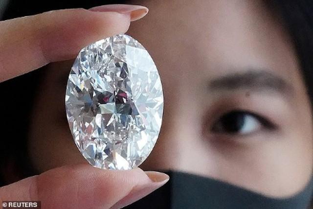 Viên kim cương nặng 102,39 carat là một viên kim cương trắng lấp lánh hoàn mỹ