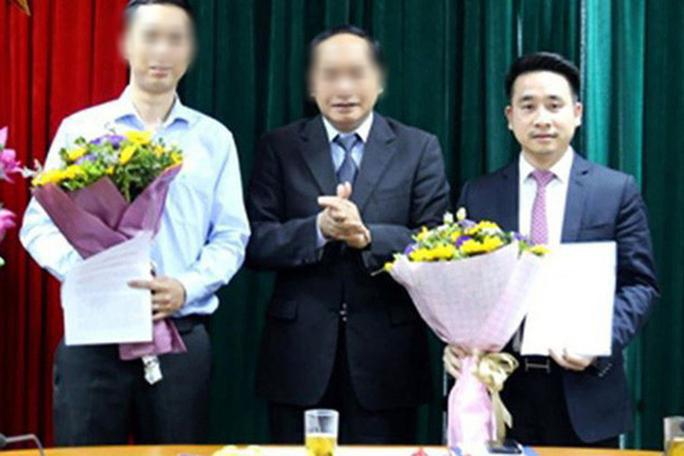 Ông Vũ Hùng Sơn (bìa phải) thời điểm nhận quyết định bổ nhiệm giữ chức Phó Chánh Văn phòng Ban Chỉ đạo 389