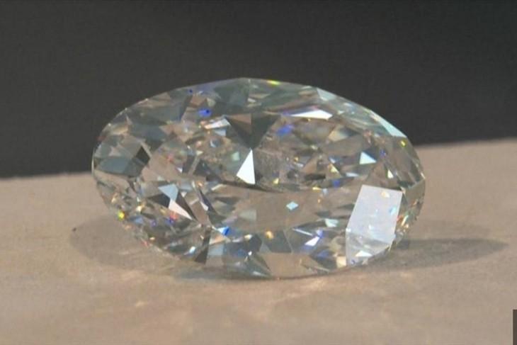 Viên kim cương trắng siêu hiếm bán đấu giá với giá hời