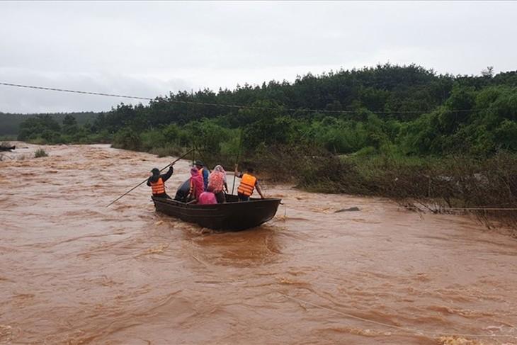 Lực lượng cứu hộ của huyện Chư Prông, tỉnh Gia Lai tìm kiếm người mất tích do mưa lũ (ảnh chụp ngày 7/10)