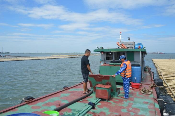 Tàu chở dầu vi phạm bị tạm giữ