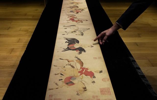 Bức họa có tuổi đời 700 năm, là tác phẩm của một vị quan nổi tiếng thời nhà Nguyên. Ảnh: AP