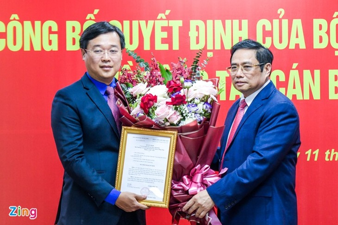 Trưởng ban Tổ chức Trung ương Phạm Minh Chính (phải) trao quyết định cho ông Lê Quốc Phong.