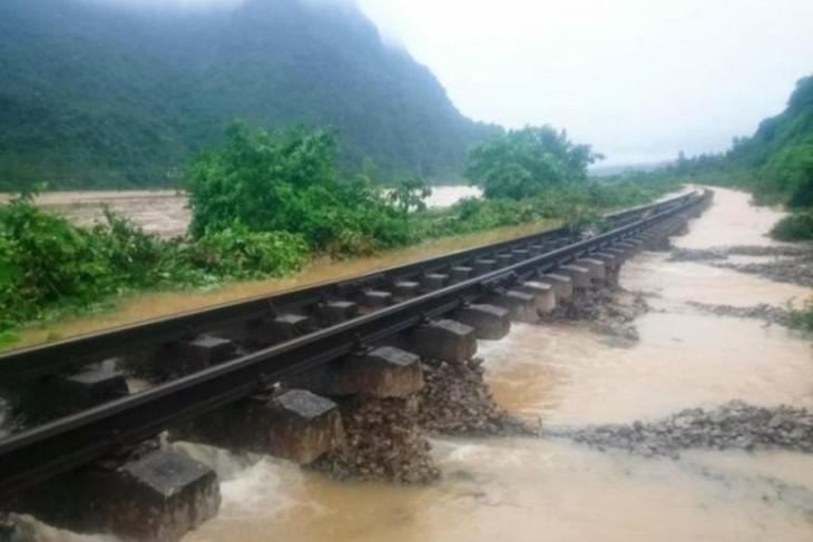 Mưa lũ tại một số tỉnh miền Trung đã gây ngập và hỏng đường ray, không thể tổ chức khai thác chạy tàu. Ảnh GT