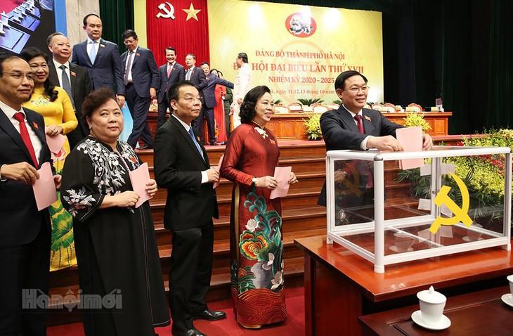 Các đại biểu bỏ phiếu bầu Ban Chấp hành Đảng bộ thành phố khóa XVII.