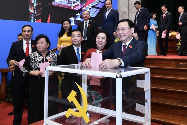 Bí thư Thành ủy Hà Nội Vương Đình Huệ và các đại biểu bỏ phiếu bầu Ban Chấp hành Đảng bộ TP khóa XVII.