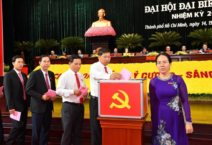 Đại biểu bỏ phiếu bầu Ban Chấp hành Đảng bộ TPHCM khóa XI, nhiệm kỳ 2020 - 2025. Ảnh: Trung tâm báo chí đại hội