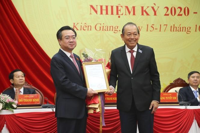 Phó Thủ tướng Thường trực Chính phủ Trương Hoà Bình trao các quyết định đối với ông Nguyễn Thanh Nghị