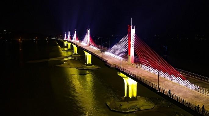Cầu Cổ Lũy với điểm nhấn là 5 trụ dây văng được chiếu sáng theo các kịch bản tạo cảnh quan đặc sắc về đêm trên sông Trà Khúc.