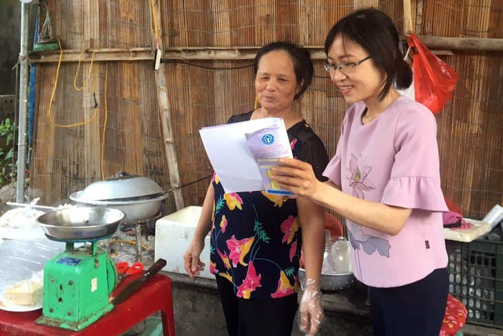 Bà Trần Thị Minh Thịnh tích cực tư vấn, vận động người dân tham gia BHXH tự nguyện tại địa bàn
