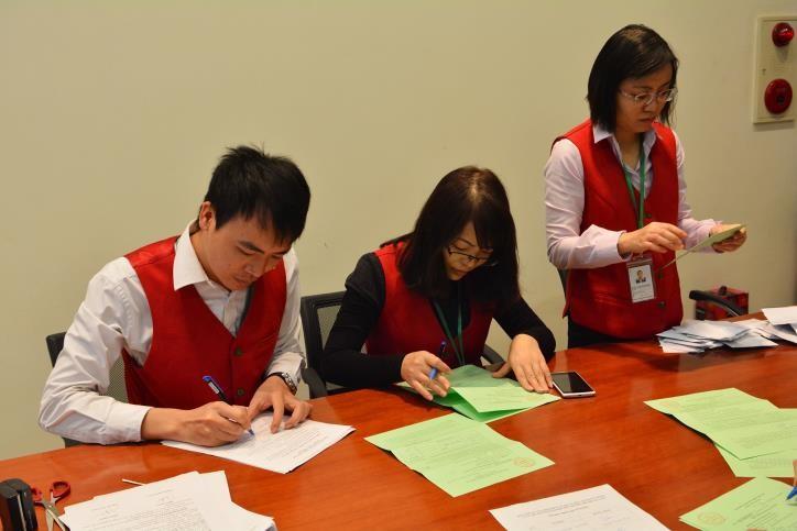 Ban Đấu giá của Sở Giao dịch Chứng khoán Hà Nội đang kiểm phiếu tại một phiên đấu giá thoái vốn cổ phần. Ảnh: HNX