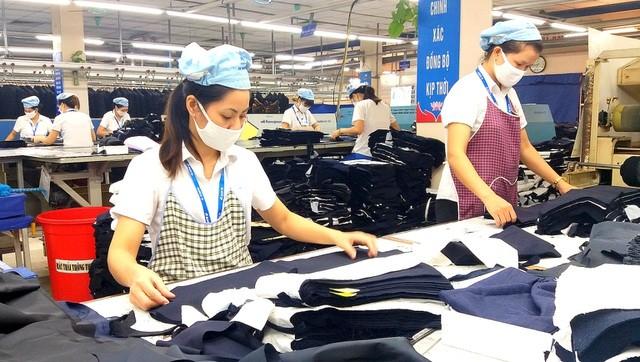 Lao động nữ làm việc trong ngành may mặc