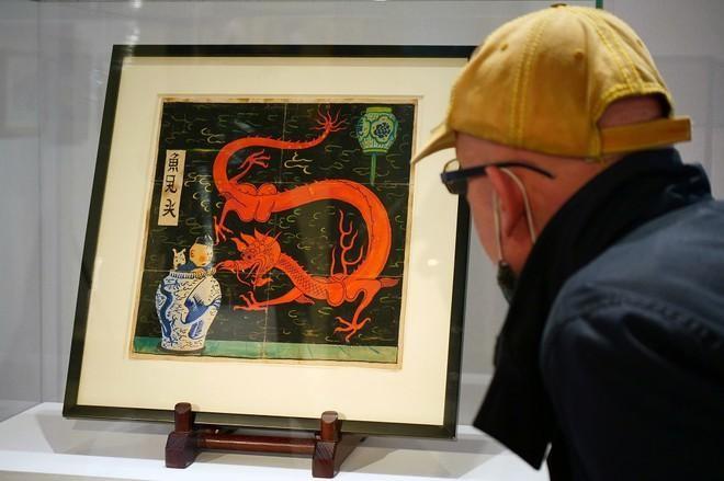 Bức vẽ gốc The Blue Lotus được trưng bày trước phiên bán đấu giá ở Paris ngày 13/1. REUTERS