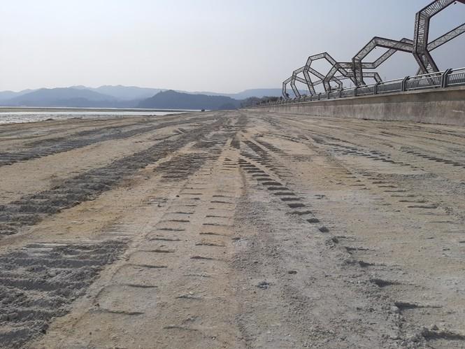 Lợi dụng tình hình dịch bệnh phức tạp, Công ty cổ phần đầu tư xây dựng Phương Đông có trụ sở tại xã Đông Xá, huyện Vân Đồn (Quảng Ninh) đã ngang nhiên đổ hàng chục nghìn khối đất đá lấn chiếm vịnh Bái Tử Long