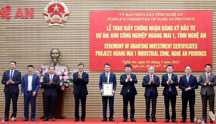 Chủ tịch UBND tỉnh Nghệ An Nguyễn Đức Trung trao giấy chứng nhận đăng ký đầu tư Dự án KCN Hoàng Mai 1 cho Công ty CP Hoàng Thịnh Đạt. Ảnh: Báo Nhân Dân