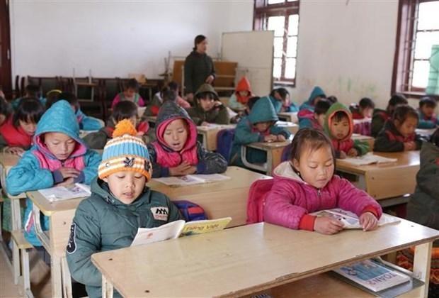 Học sinh mặc đủ ấm khi đến lớp đảm bảo sức khỏe để chống chọi với thời tiết khắc nhiệt trên cao nguyên đá Sìn Hồ tỉnh Lai Châu. Ảnh: TTXVN