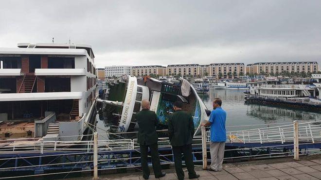 Cơ quan chức năng Quảng Ninh đang điều tra vụ du thuyền neo đậu tại Cảng Tuần Châu bị lật ngang