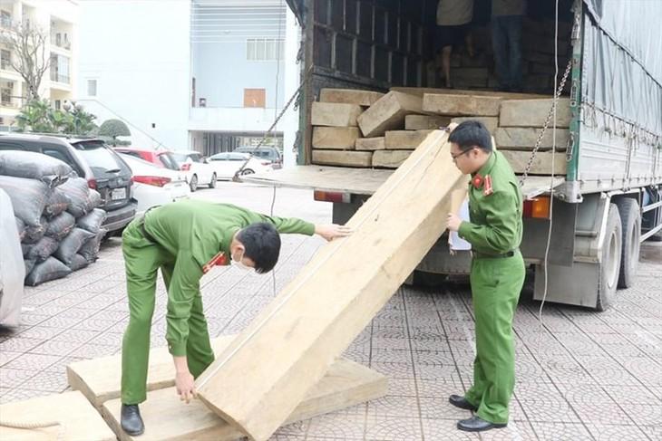 Lực lượng công an đo đạc số gỗ không rõ nguồn gốc đã bắt giữ. Ảnh: CA.