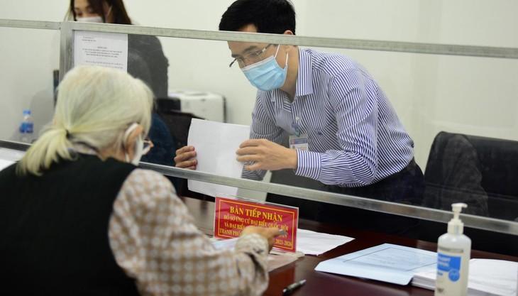 Nhiều người nhận hồ sơ tự ứng cử đại biểu Quốc hội tại Hà Nội