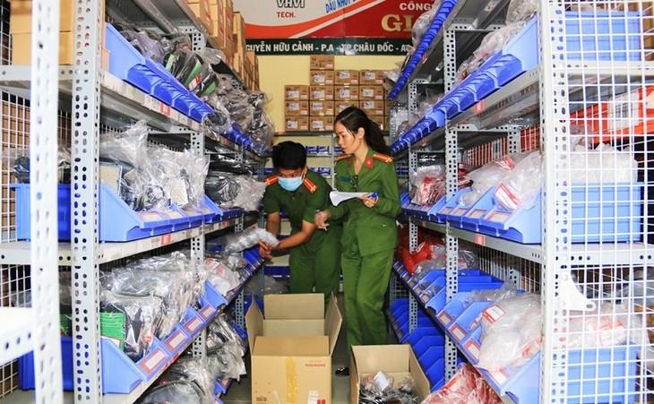 Hàng hóa xuất xứ nước ngoài, không hóa đơn, chứng từ tại căn nhà của vợ chồng Thượng tá Hoàng Văn Nam, Phó phòng Phòng chống ma túy và tội phạm, thuộc Bộ Chỉ huy Bộ đội biên phòng An Giang