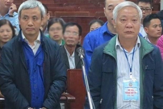 Cựu Chủ tịch GPBank Tạ Bá Long (bên phải) tại phiên toà năm 2017. Nguồn: laodong.vn